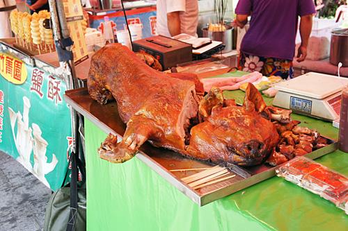 屋台の豚の丸焼き