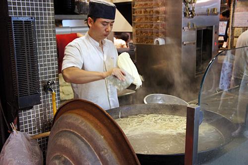 麺を削って作る